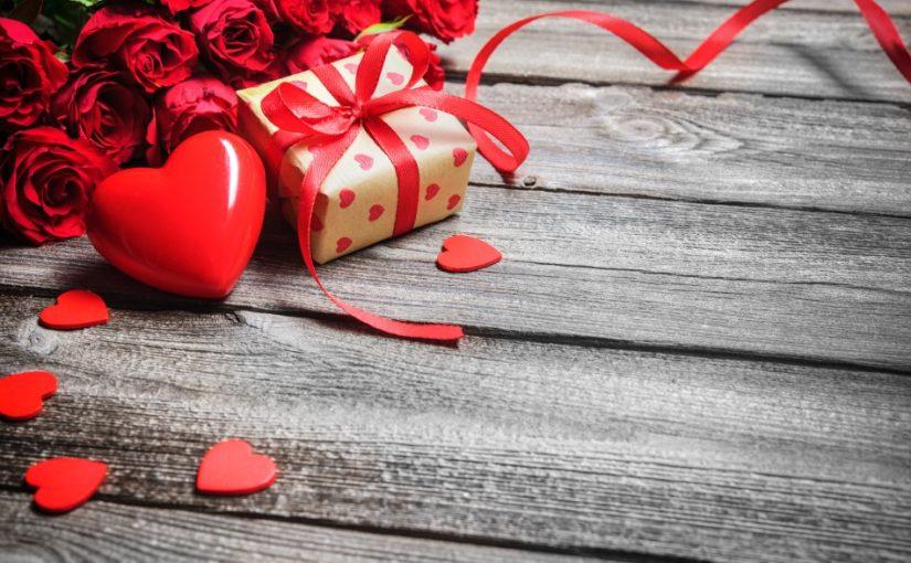 Valentinsgave pakket pænt ind med et rødt hjerte ved siden af