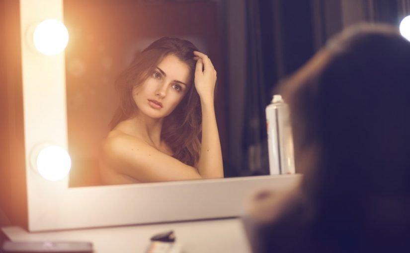 Kvinde foran spejlet